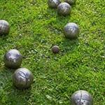 Kugeln auf Rasen klein